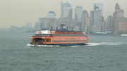 Staten Island Ferry vor Downtown Manhattan